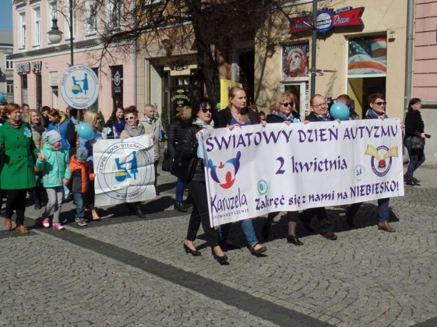 Solidarni z osobami autystycznymi w niebieskim marszu